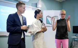 Alice Bah Kuhnke (MP) och partikollegan Gustav Fridolin tog emot läsdelegationens betänkande på Hallonbergens bibliotek i Stockholm av Läsdelegationens ordförande Katti Hoflin.Foto: Janerik Henriksson/TT