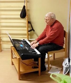 Göran på keyboard.