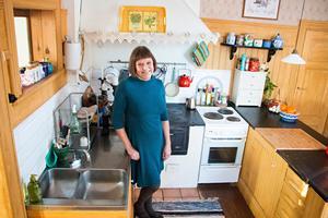 Diskbänken är låg men det stör inte Hilkka – hon älskar köket med den gamla vedspisen