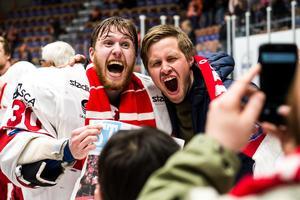 Henrik Haukeland firar med fansen efter sista kvalmatchen mot Karlskrona. Bild: Bildbyrån.