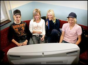 Sara (trea från vänster) som TV-tittare när lokaltidningen gjorde en enkät om just ungdomars TV-tittande.