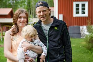 Petra Nilsson med sambon Joakim Fors och dottern Saga, ett och ett halvt år gammal.