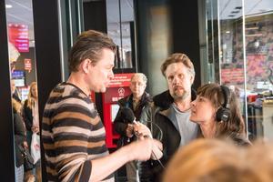 Trots att Fredrik Wikingsson och Filip Hammar besökte 12.30-föreställningen av Tårtgeneralen i Västerås var det ändå ett 50-tal personer på plats i Filmstaden för att träffa duon.