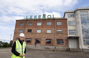 Den klassiska neonskylten ska bli kvar. Ulf Gavlefors håller i trådarna för arbetet med omvandlingen från nedlagd industri till bostadskvarter.