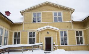Den gamla skolbyggnaden är sist ut i renoveringsprocessen. Här planerar man sex lägenheter.