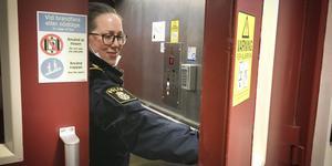 Anna-Stina Asplund från polisen söker spår i hissen i Mittmedias lokaler i Östersund efter ett inbrott.