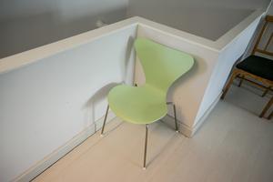 "Stolen ""Sjuan"" formgavs av den danske designer Arne Jacobsen vid mitten av 1950-talet."