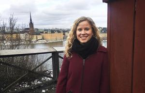 Sofia Edstrand på Söders höjder i Stockholm, med Gamla stan i bakgrunden. Sedan hösten 2010 har hon bott i Leeds i Storbritannien, där hon studerat och arbetat. Den här vårterminen är hon hemma i Sverige och läser matematik på Stockholms universitet.  Bild: Matilda Jansson