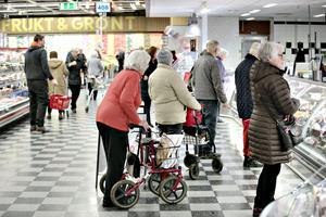 Tisdagar har blivit stora shoppingdagen för seniorer i Sandviken. Så pass att yngre konsumenter undviker handla på Maxi ICA den dagen.