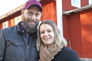 Gustav och Mia hittade drömhuset i Edsbergs socken i Lekebergs kommun. Och köpte huset och flyttade det till Torphyttan i Lindesberg.