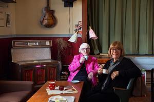 Elisabeth Ståhl och Ingalill Lindholm sitter och njuter av fikat hos Jonssons fik och butik.