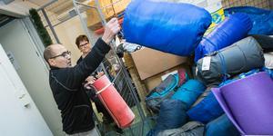 Fullt upp på Örebro Stadsmission. Efter NA:s artikel om behoven för hemlösa har sovsäckar, liggunderlag och varma kläder strömmat in till Porten Vasastrand. Ingbritt Stålgren (i bakgrunden) och Djamal hjälps åt att sortera.