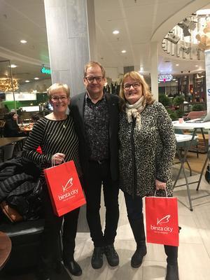Roland Engström från Sundsvalls Tidning i mitten gratulerar från vänster Lena Grundström och Lena Lundgren, båda andrapristagare. Foto: Heléne Eriksson