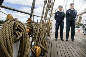 Moa Thorin och Petronella Berg är två av de 26 eleverna från Sjövärnsskolan ombord.