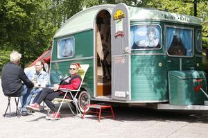 Michael och Annelie Andersson från Pålsboda kopplar av utanför deras 50-talsinspirerade husvagn.