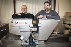 Vd Kenneth Wallström och produktionschef Thomas Englund vid den nyinköpta gjutningsmaskinen som formar pastillerna.