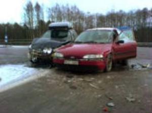 Två av bilarna som krockade på E4 vid Klockarberget.