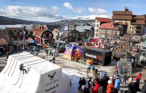 """Extremtävlingar som Tough Viking lockar självklart mycket folk till Åres torg, och här jublar publiken när hemmafavoriten Johanna """"Yoie"""" Bohlin flyger över snöhindret."""