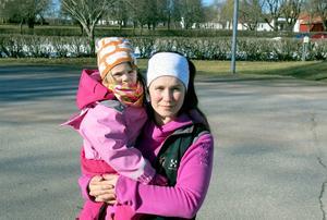 – Jag tycker att de (Försvarsmakten) har gjort en jätteblunder i planeringen, säger Jenny Karlsson, här med dottern Kerstin.