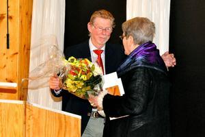 Ann-Marie Sörbergs fick applåder, en blombukett, ett diplom och en kram av Jonas Carlgren.