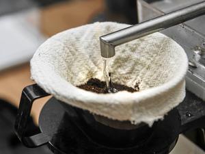 Sy ett eget kaffefilter av tyg, ta mallen efter ett pappersfilter.