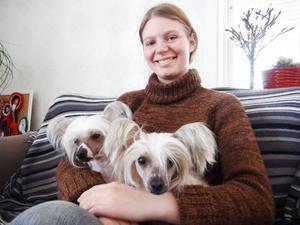 Sofi Eriksson i Aspåsnäset kan känna sig mer än nöjd med sina nakenhundar. Tre deltog, men en av dem var för sömnig när  kameran kom fram.