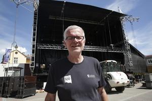 Festgeneralen Håkan Rosén är i toppform inför det stora kalaset och gläds över att man fått hit en jättescen. Redan i kväll kan publiken förmodligen se fram emot en höjdare då Robert Wells och Lennie Norman intar scenen.