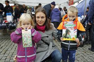 Rebecka och Oskar Andersson var på marknaden med mamma Lisa.