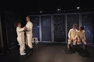 Mala Kyndel, Nils Granberg, Jon Karlsson och Caroline Rendahl. Alla i föreställningen spelar parallellt i Tredje rikets fruktan och elände.
