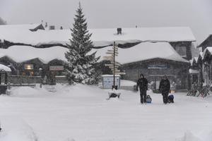 Snön föll över Idre Fjäll där snödjupet i terrängen och som här på byggnaderna nu närmar sig meterdjup.
