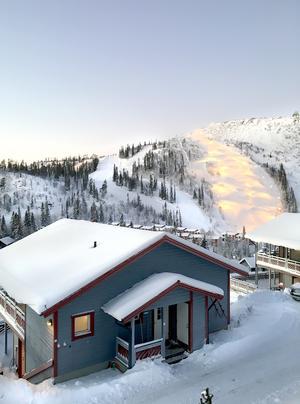 Fjällstugan i Vemdalen ligger nära slalombackarna. Sonen som är tre och ett halvt ska få lära sig att åka slalom i vinter.