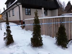 Polisen spärrade av området runt villan.