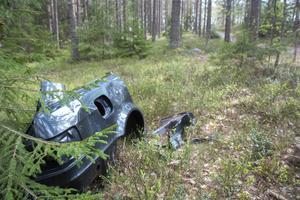 En del av en bil vilar i den mjuka mossan.