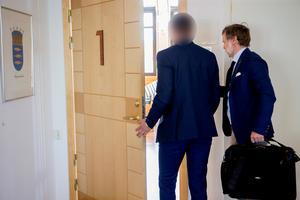 Advokat Henrik Bodén, till höger, försvarar den yngre mannen i rättegången som handlar om grova smugglings- och dopingbrott. Foto: Gunnar Stattin