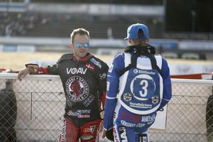 Kenneth Bjerre i samspråk med Vetlandas danska ess Leon Madsen.