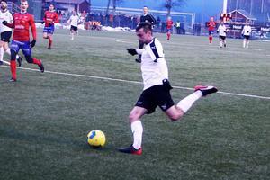 Filip Rogic slår inlägget till 2–0-målet.