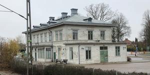 Köpings stationshus är ett tråkigt första intryck, tycker insändarskribenten. (Foto: Privat)