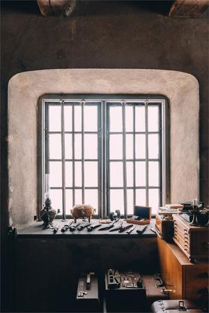 Stenvalv och fönster med äldre galler.  Foto:  Fastighetsbyrån Fagersta