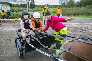 Före turen på banan fick Elma Hallström till vänster och Edvin Ramsell instruktioner av travklubbens vice ordförande, Jennifer Hansson.