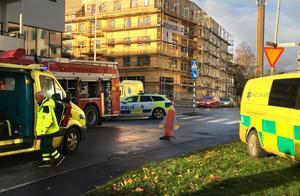 Personen som skadades fördes med ambulans till en väntande ambulanshelikopter.