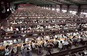 Mindre avancerad produktion, som teko-industri, är numera utlokaliserad till utvecklingsländer och diktaturer. Till och med den svenska arméns uniformer är tillverkade i Asien, skriver fem företrädare för Landsbygdspartiet oberoende.Foto: Richard Vogel, TT.