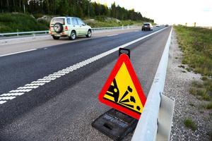 Enligt Trafikverket skulle problemet vara övergående, men fortfarande sprutar det sten och grus från omkörningsfilen.