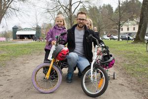 Henrik Stålne och hans döttrar Milja och Mira kom till Societetsparken för barnaktiviteterna.– Sedan vet vi så klart att det är arbetardagen, säger Henrik Stålne.