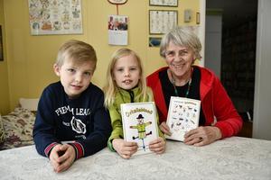 Pell Birgitta Andersson tillsammans med Karl och Vera Pell och omslagsbilden på en Knikåkall.