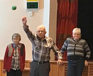 Här koncentrerar sig Holger Wiklund, 81 år, för att få en fin position, påhejad av Marianne Rahm och Siw Lundkvist. Foto: Stefan Lindström