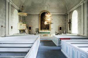 Kyrkan i Undersviks gustavianska nyklassicistiska interiör.  Altartavlan, en kopia av Fredric Westins Kristi uppståndelse (Kungsholmskyrkan, Stockholm), målades av Albert Blombergsson vid 1800-talets mitt.