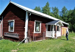 I december 1972 vände paret Lindström till Jämtland igen och en tillfällig bostad i Krokvåg innan de köpte nuvarande fastighet i Gevåg. Det här huset på gården använde Jan som ritkontor men fungerar nu som bland annat visningslokal för alla hans filmer.