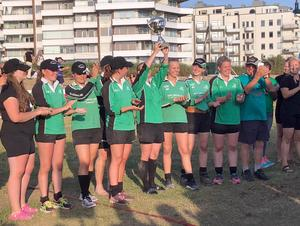 Brunnsbergs damer lyfter pokalen i luften efter SM-finalen. Foto: Privat