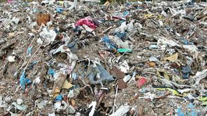 Enligt Sydnärkes miljöförvaltning och kokursförvaltare Robert Asplund är de 10 000 ton osorterade rivningsmassor som lämnats efter företaget Laxå bruks miljöåtervinning (eller Miljöåtervinning i Röfors som företaget bytte namn till, inte miljöfarligt avfall. Ingen är därför ansvarig för materialet. Foto: Privat