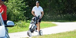 Världens bäste back 2018 fick lov att bära sin egen golfbag.